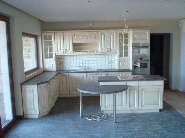 Krém színű egyedi konyhabútor