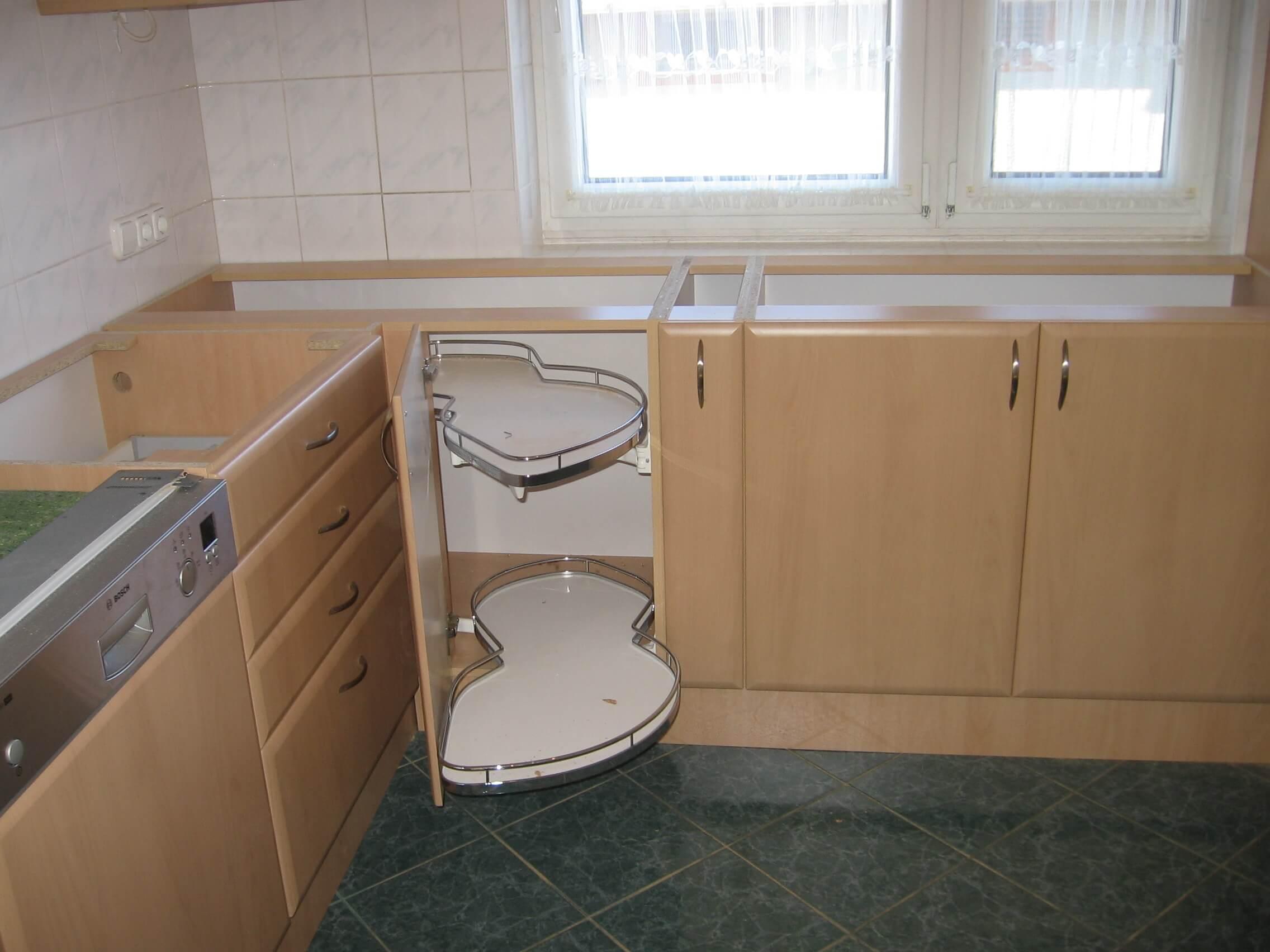 Egyedi konyhabútor kiforgatható kosárral
